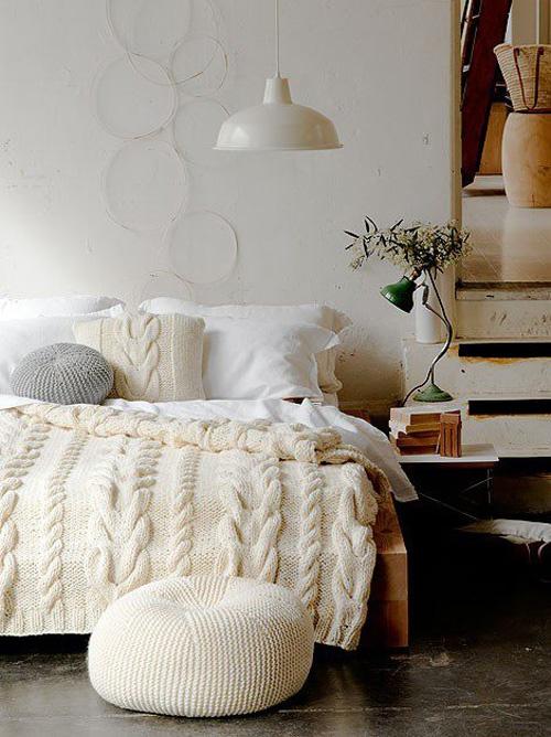 cama com manta cor perola com trancas
